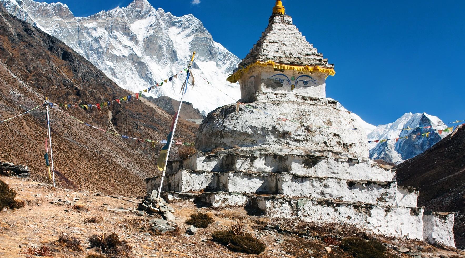 buddhist stupa with mount Lhotse – way to everest base camp